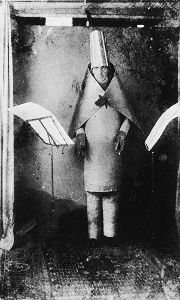 Хьюго Болл выступает в «Кабаре Вольтер», 1916 год