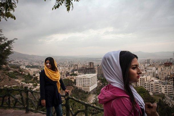 Девушки смотрят на город со скалы Бам-е Тегеран – «Крыша Тегерана»
