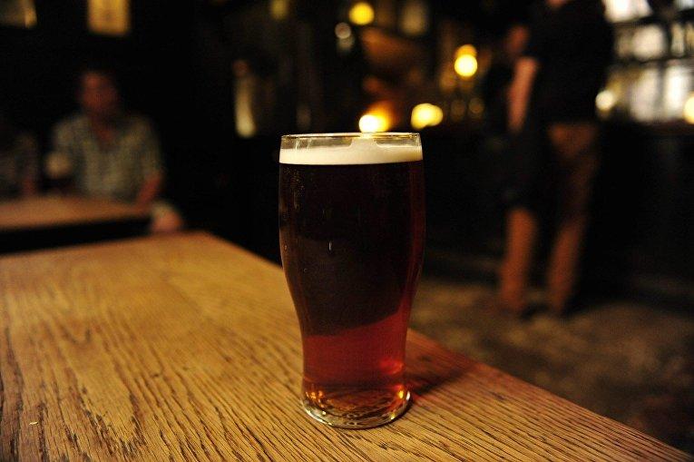 Пинта пива в баре Ye Olde Cheshire Cheese в Лондоне