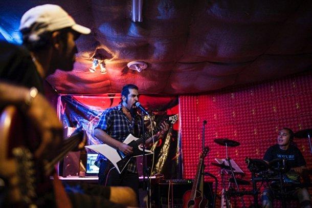 Рок-группа выступает на секретном концерте в Исфахане