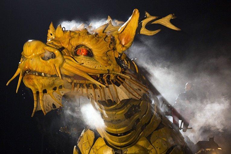 Дракон лунма во время репетиции представления от компании La Machine в Пекине