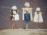 Кавказские папахи и одежда в лавке с сувенирами у крепости Ананури в Грузии