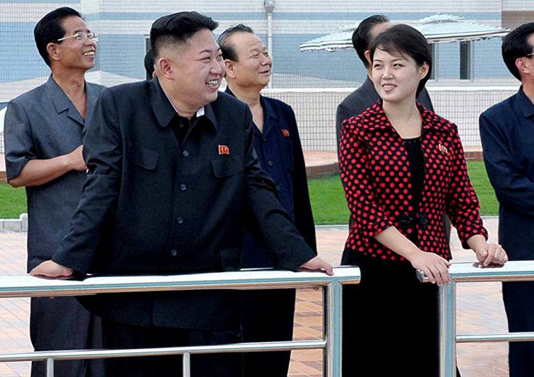 Лидер КНДР Ким Чен Ын с женой  Ли Соль Чжу в парке развлечений на острове Рунгна в Пхеньяне