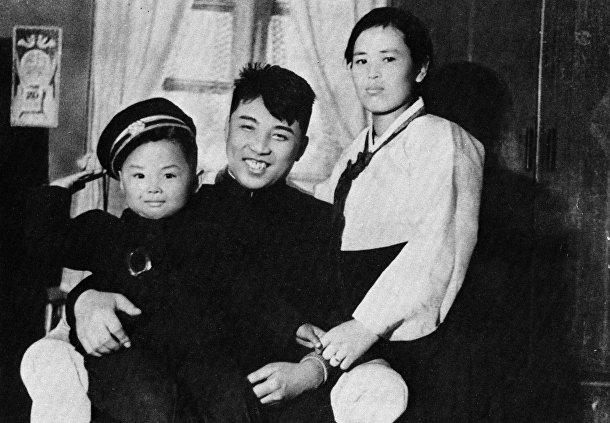 Ким Чен Ир с родителями Ким Ир Сеном и Ким Чен Сук