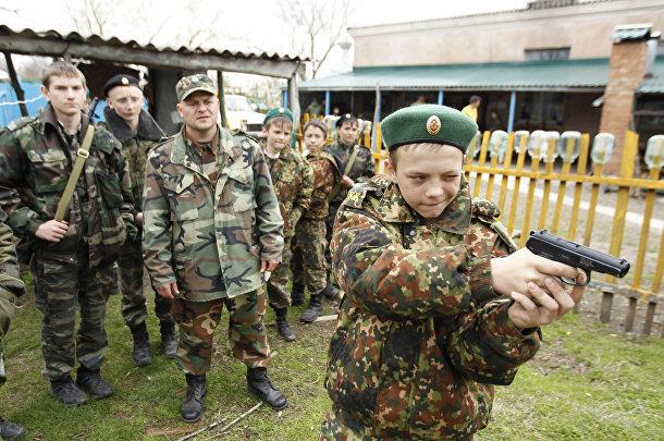 Ученики кадетской школы имени генерала Ермолова учатся стрелять во время двухдневных полевых учений