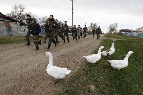 Ученики кадетской школы имени генерала Ермолова бегают во время двухдневных полевых учений