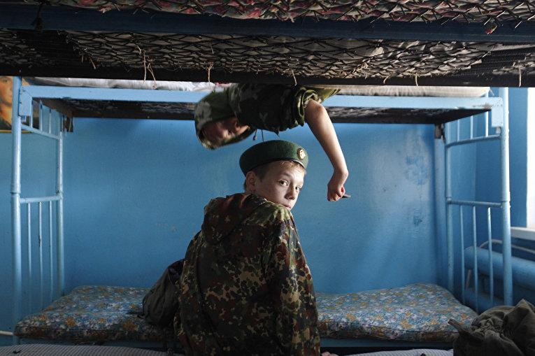 Ученики кадетской школы имени генерала Ермолова сидят на двухэтажных кроватях в казарме