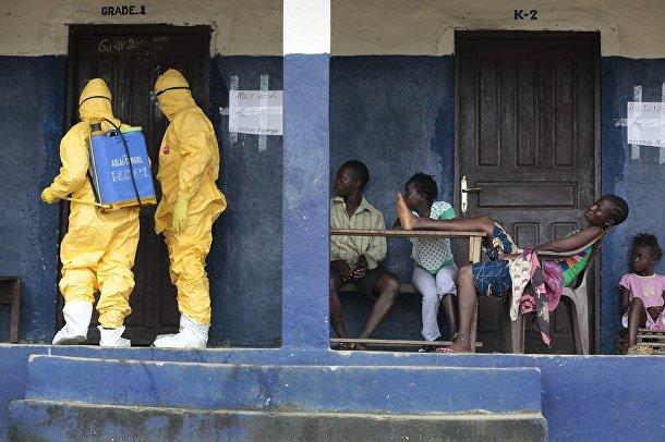 Сотрудники службы скоро помощи District 13 проводят дезинфекцию помещения в деревне Фримэн Резерв