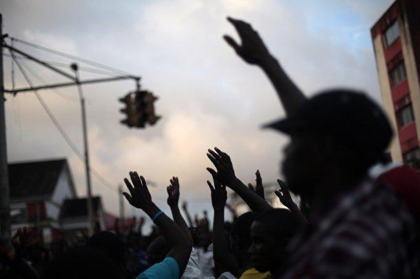 Уличный проповедник призывает слушателей «помахать Эболе на прощание»
