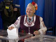 Женщина голосует на местных выборах в Киеве