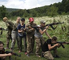 В украинском националистском лагере детей учат убивать