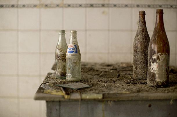 Бутылки Coa-Cola и Pepsi в заброшенном кафе в буферной зоне ООН на Кипре