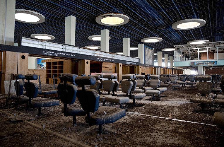 Зал ожидания в заброшенном аэропорту внутри буферной зоны ООН в Никосии