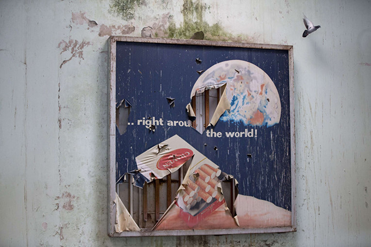 Рекламный плакат в заброшенном аэропорту внутри буферной зоны ООН в Никосии