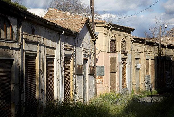 Заброшенные дома на улице в буферной зоне ООН в Никосии