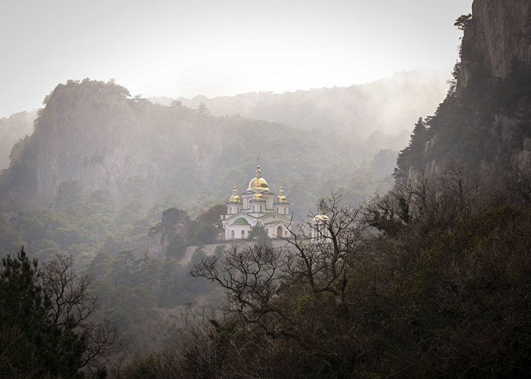 Храм Святого Архистратига Михаила над поселком Ореанда в Крыму