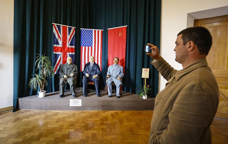 Восковые фигуры Сталина, Черчилля и Рузвельта в Ливадийском дворце в Ялте