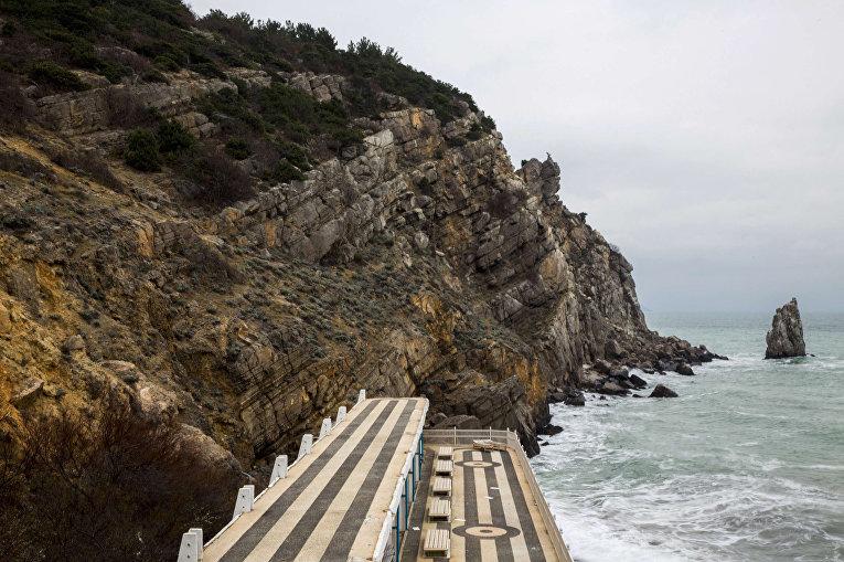 Черное море бушует вокруг открытой террасы санатория «Жемчужина» в окрестностях Ялты