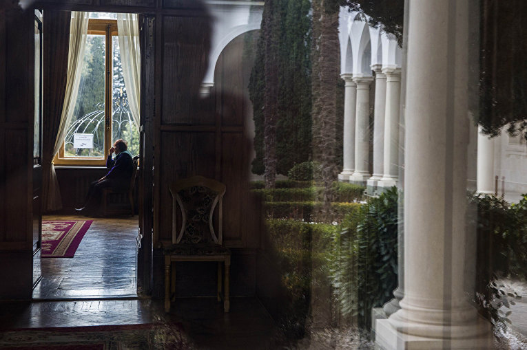 Музейная смотрительница в Ливадийском дворце в Крыму, где проводилась Ялтинская конференция