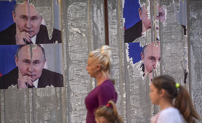Плакаты с изображением Владимира Путина на улице города Митровицы во время празднования Дня Европы