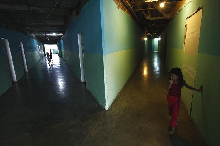 Дети в коридоре небоскреба «Башня Давида» в Каракасе