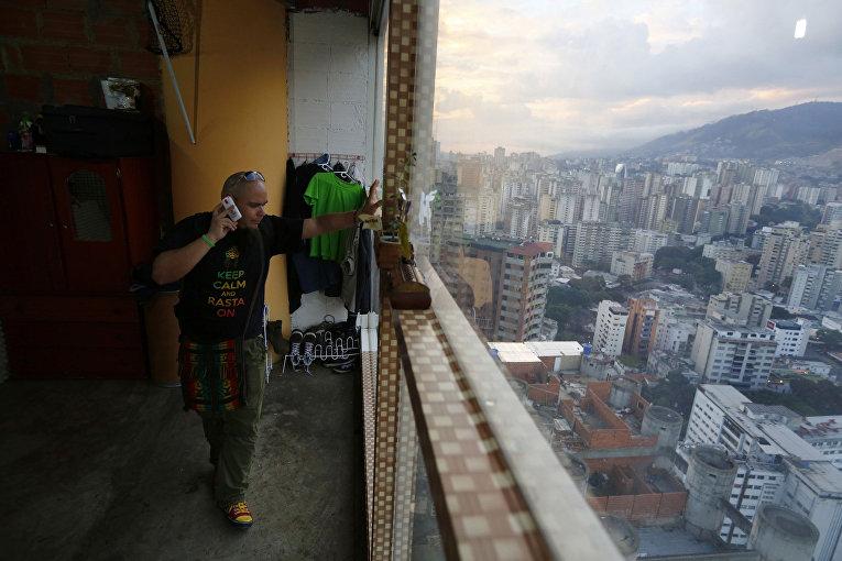 Николас Альварес в своей квартире на 27-м этаже небоскреба «Башня Давида» в Каракасе