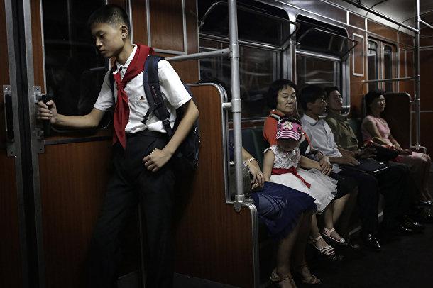 Школьник едет в метро в Пхеньяне