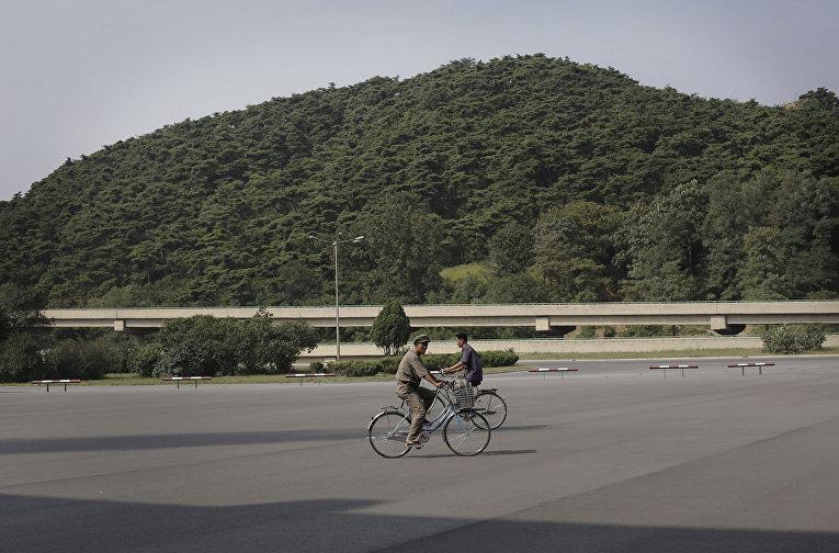Жители Пхеньяна едут на работу