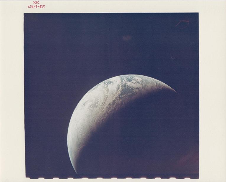 Освещенная луна с расстояния 10 тысяч миль