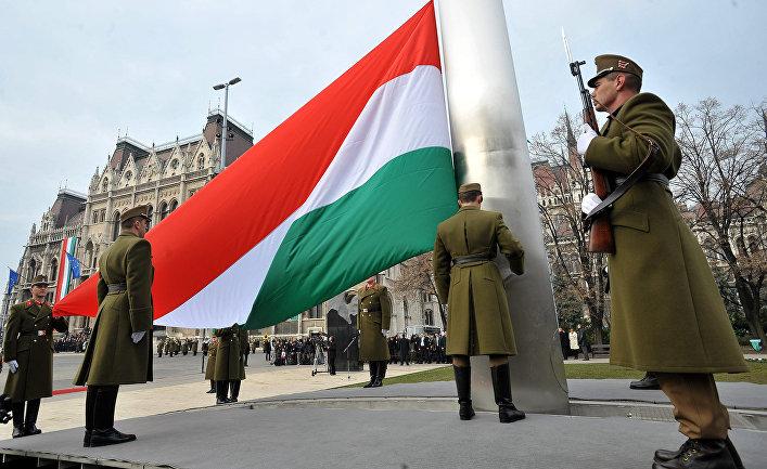 Государственный флаг у здания парламента в Будапеште, Венгрия