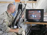 Украинский солдат смотрит инаугурацию избранного президента Украины Петра Порошенко