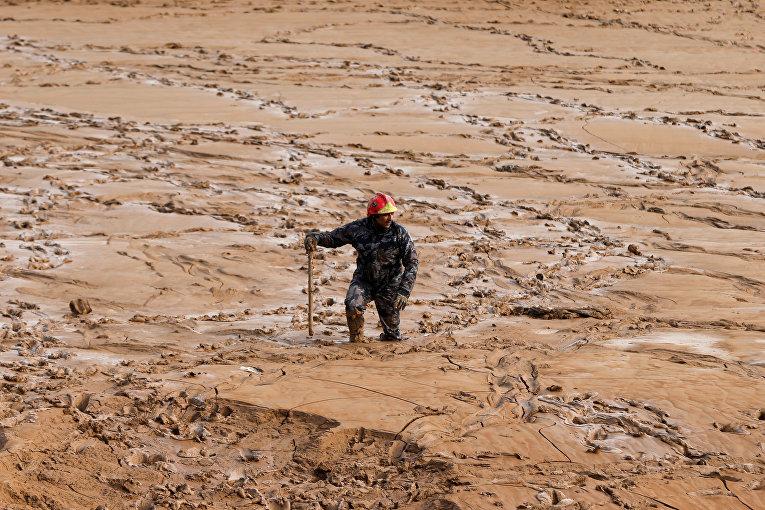 Спасатель ищет пропавших без вести после наводнения в городе Мадаба, Иордания
