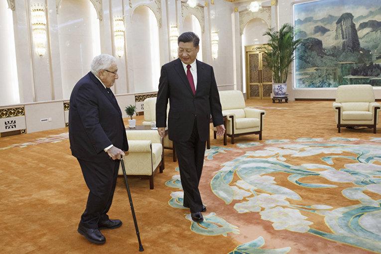 Председатель КНР Си Цзиньпин и бывший госсекретарь США Генри Киссинджер во время встречи в Пекине