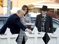 Президент США Дональд Трамп с женой Меланией и раввином Джеффри Майерсом кладут камешки на мемориал в память об убитых в синагоге в Питтсбурге