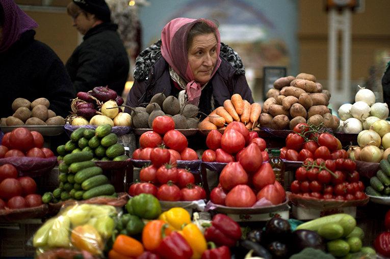 Продавец ждет покупателей на рынке в центре Киева