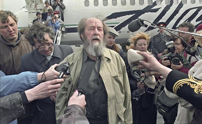 Жители Магадана встречают в аэропорту писателя Александра Солженицына