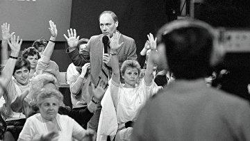 Ведущий Владимир Познер во время телемоста Ленинград-Бостон