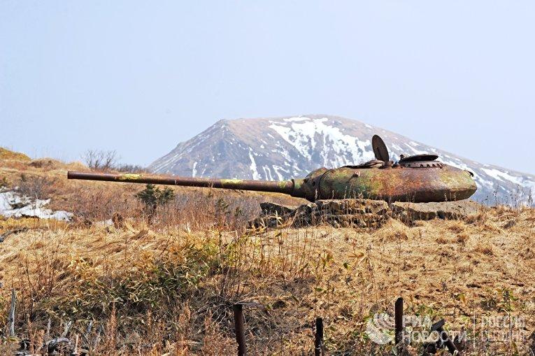 Башня от среднего советского танка Т-54, установленные на бетонных казематах, на острове Шикотан Сахалинской области