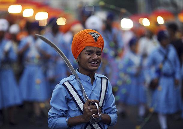 Участник религиозной процессии в преддверии годовщины рождения сикского святого Нанака в Хайдарабаде, Индия