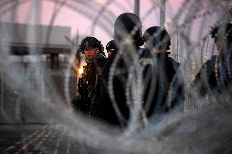 Сотрудники пограничного контроля в порту города Сан-Исидро на границе Мексики и США