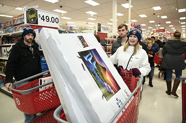 Покупатели во время пятничной распродажи в Мапл Гроув, Миннесота, США