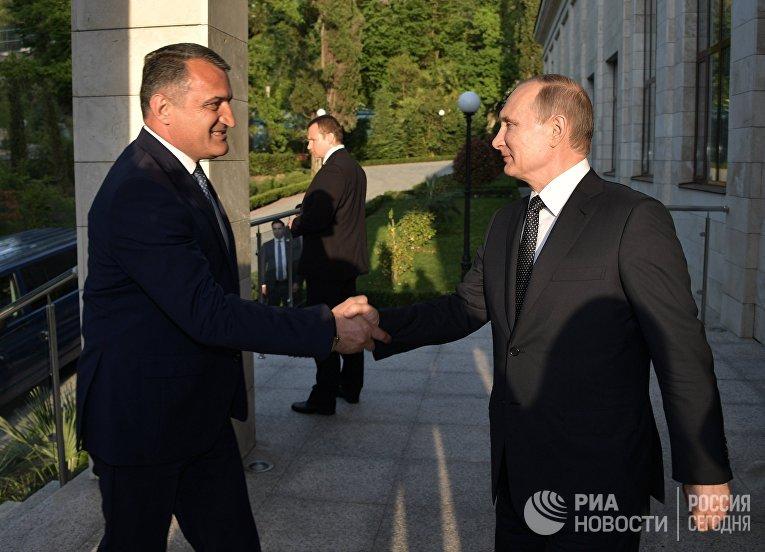 Президент РФ Владимир Путин и президент Республики Южная Осетия Анатолий Бибилов