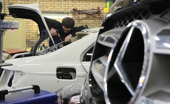 Механики производят ремонтные работы