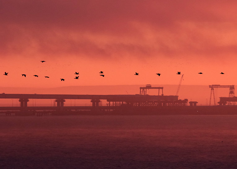 Строящаяся часть Крымского моста во время заката солнца