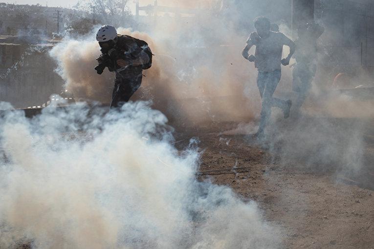 Сотрудники погранично-таможенной службы США применили слезоточивый газ