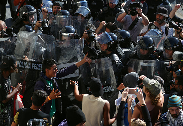 Мигранты во время столкновений с полицией в Тихуане, Мексика