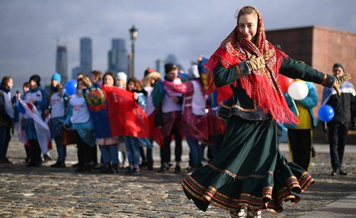 Волонтеры во время флешмоба, где будут развернуты флаги всех 85 регионов России в честь Дня народного единства на Поклонной горе в Москве