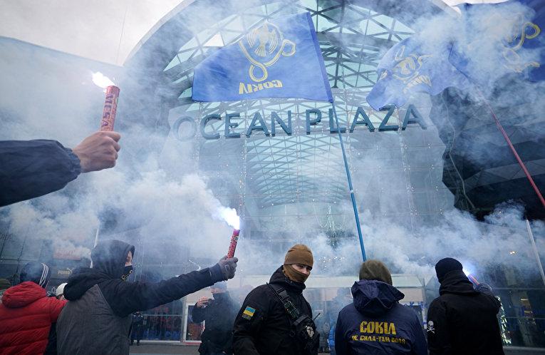 Митинг против российского бизнеса на Украине у торгового центра Ocean Plaza в Киеве