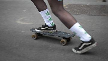 Подросток в носках с изображением каннабиса