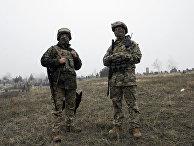 Украинские военнослужащие наблюдают за побережьем Азовского моря в районе Мариуполя. 26 ноября 2018